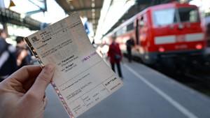 Mehrheit der Deutschen lehnt Ende der klassischen Bahn-Fahrkarte ab