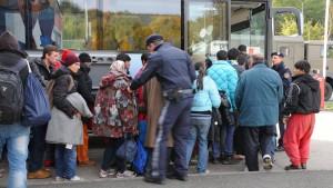 Mehr Unterkünfte für Flüchtlinge und verstärkte Grenzkontrollen