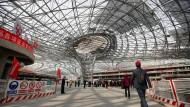 """Journalisten zu Besuch auf der Baustelle des neuen Pekinger Flughafens """"Daxing""""."""