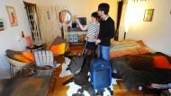 Viel spannender als im Hotelzimmer: Zwei Touristen aus Cambridge in ihrem privaten Ferienapartment in Berlin.