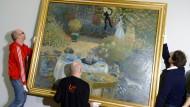 """Die Hängung des Bildes: """"Le Déjeuner: panneau décoratif"""" von Claude Monet für die neue Impressionismus-Ausstellung im Frankfurter Städel. Das Gemälde hat das Pariser Musée d'Órsay zur Verfügung gestellt."""