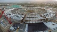 Die Baustelle des neuen Apple Campus in Cupertino. Der Außenumfang des 260.000 Quadratmeter Platz bietenden Gebäudes beträgt 1,6 Kilometer.