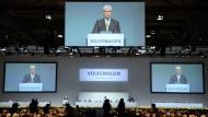 Aktionäre von EU-Unternehmen bekommen künftig das Recht, bei Hauptversammlungen über die Bezüge von Managern abzustimmen - so auch beim VW-Konzern.