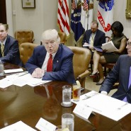 Amerikas Finanzminister Steven Mnuchin (rechts) äußerte sich zur China-Frage von Präsident Trump.