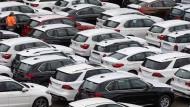 Neuwagen von Mercedes-Benz und BMW stehen auf dem Autoterminal in Bremerhaven.