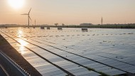 Wer in alternative Energien investiert, hilft langfristig den CO2-Ausstoß zu verringern.