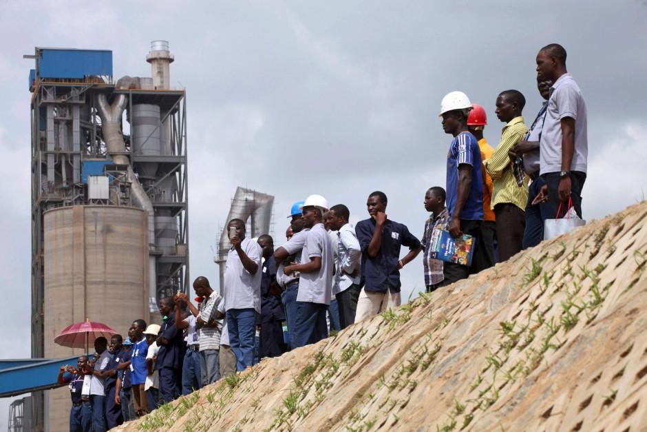 Arbeiter einer Zementfabrik von Dangote in Obajana (Nigeria)