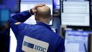 An der New Yorker Börse bereitet das aktuelle Handelsgeschehen Kopfzerbrechen. Der deutsche Dax fällt ebenfalls weiter.