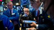 Händler an der New York Börse warten wie alle Anleger weltweit auf den Fed-Entscheid.