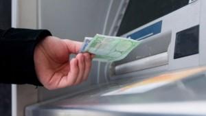 Achtung am ausländischen Automaten