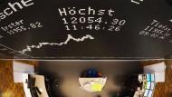 Schwacher Euro hilft Dax über 12.000 Punkte