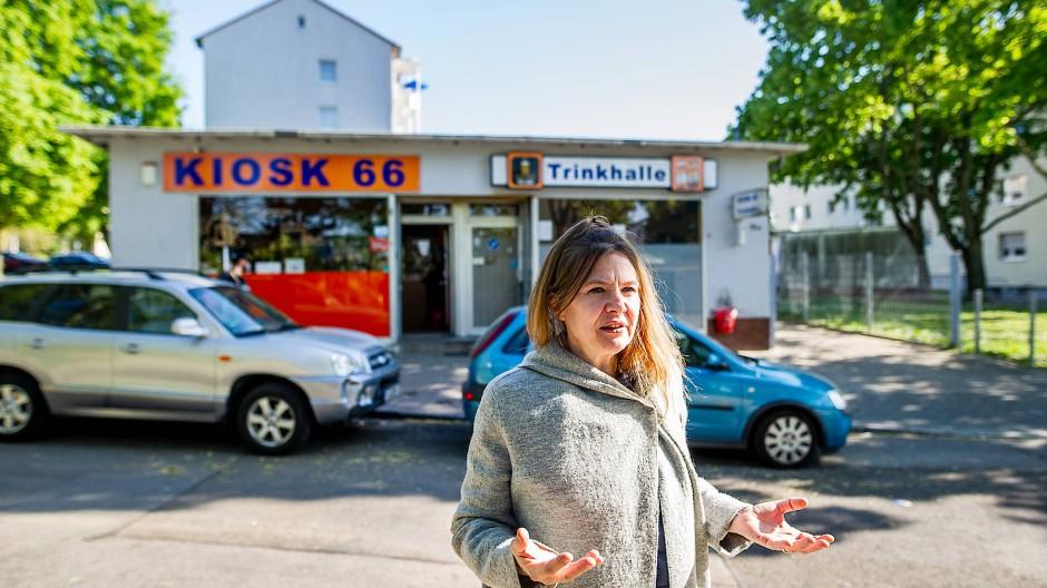 Allein unterwegs: Quartiersmanagerin Angela Freiberg in der Frankfurter Karl-Kirchner-Siedlung