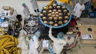 Montage einer Antenne auf einen Galileo-Satelliten bei OHB