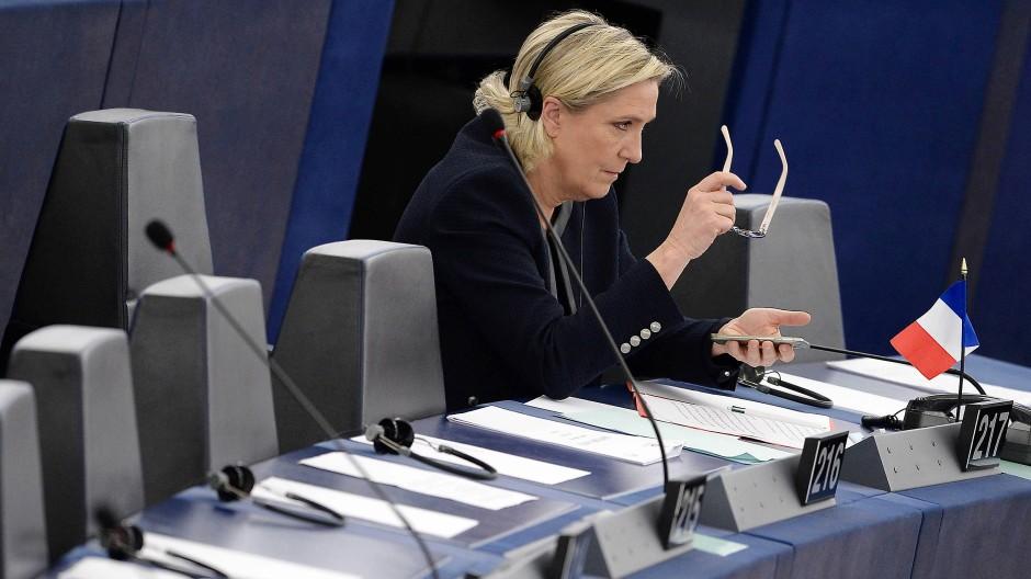 Brille wegen zu viel Smartphone-Nutzung: Gilt das auch für Marine Le Pen?