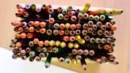 Nicht an den Stiften knabbern: Manche enthalten Schadstoffe, die Krebs erzeugen oder Allergien auslösen können.