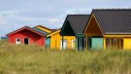 Bunte Ferienhäuser auf der Düne vor der Hochseeinsel Helgoland