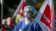 Ein Arzt während einer Versammlung anlässlich der Verdi-Tarifverhandlungen am Wochenende