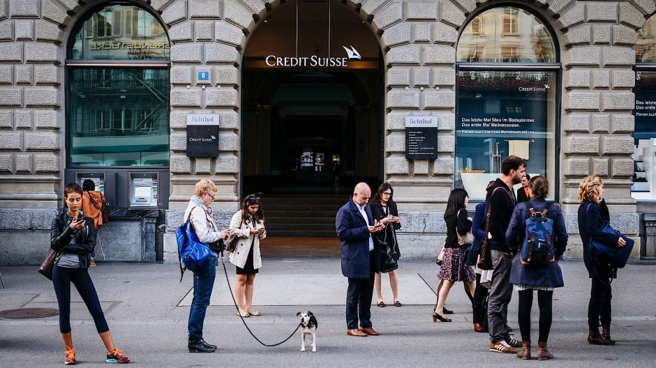 Abwertungsprofiteure: Während Bürger in ihre Smartphones versunken sind und nur ein Hund ganz anwesend scheint, analysieren Banken den Franken-Kursfall.