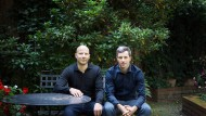 Die Bestsellerautoren Matthias Weik (links) und Marc Friedrich im Garten ihres Stuttgarter Büros. Ihre Finanzbücher haben sich mehrere hunderttausend Mal verkauft.