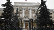 Die russische Zentralbank in Moskau. Fachleute halten deren Leitzinssenkung im Kampf gegen die Inflation für verfrüht.
