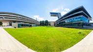 UBM-Projekt Salzburg: Die Neue Mitte Lehen steht an Stelle des ehemaligen Stadions, die Teile des Baus dort, wo die Haupttribünen standen. Das Fußballfeld ist als Parklandschaft erhalten.