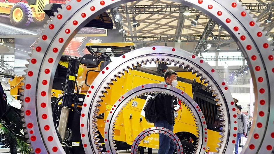 Besucher einer internationalen Fachmesse für Baumaschinen, die im November 2020 in Schanghai stattfand – trotz Corona.
