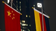 Vor der Zentrale der Deutschen Bank in Frankfurt weht die chinesische neben der deutschen Flagge.