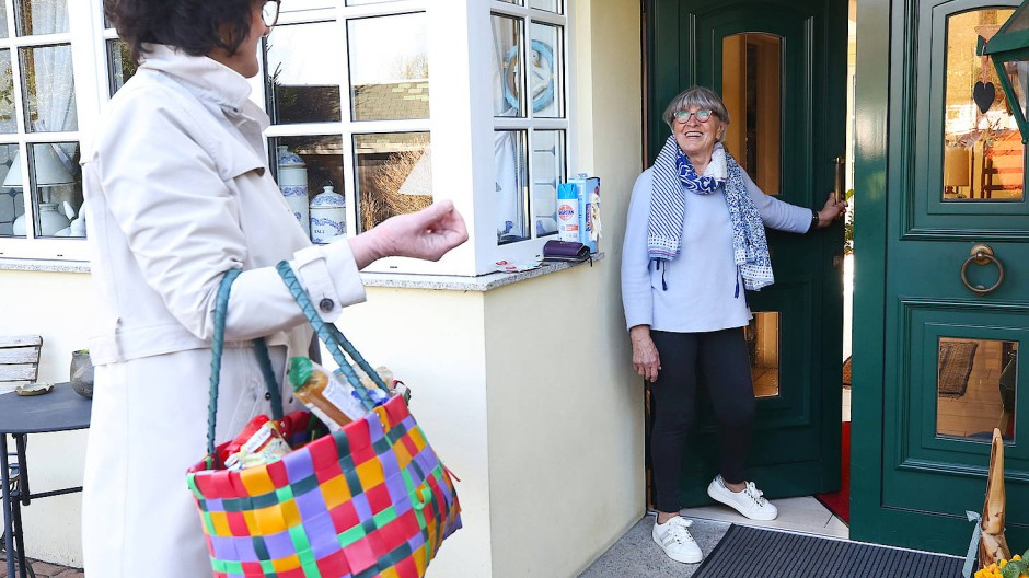 Wie lange muss Hilfe auf Abstand organisiert werden? Vielerorts unterstützen jüngere Nachbarn die Älteren beim Einkaufen – wie hier in Essen.