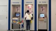 Kostet immer häufiger: Bargeld abheben an einem Geldautomaten