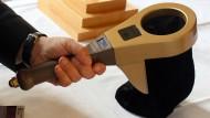 Elektronischer Helfer: Kirchgänger brauchen demnächst kein Bargeld mehr, sondern können das Kartenlesegerät des Klingelbeutels nutzen.