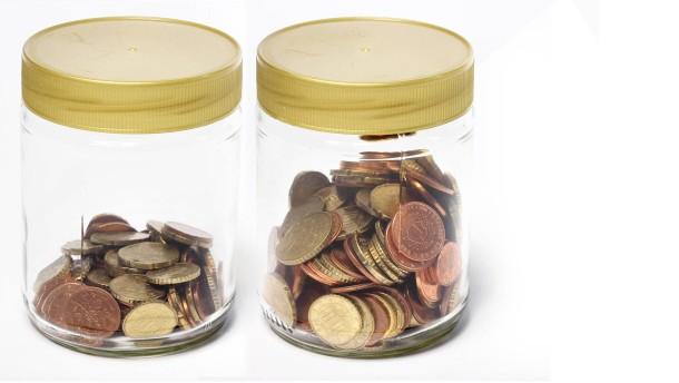 Glas mit Schraubdeckel gefüllt mit Münzen - Fotoillustration steigende Fondsgebühren