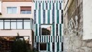Gestreifte Marmorfassade im portugiesischen Porto