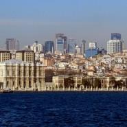 Blick vom Bosporus auf den Dolmabahce-Palas in Istanbul - der Türkei droht der Abzug von Investorengelder in Milliardenhöhe.