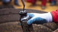 Erdöl wird zwar derzeit weniger gebraucht - die Mengen sind aber immer noch etwas größer.