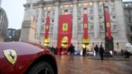 Ein Ferrari steht vor dem Gebäude der Börse in Mailand