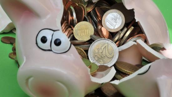 Fast so flexibel wie das Sparschwein, aber mehr Zinsen: Vom Tagesgeldkonto kann man immer Geld abheben.
