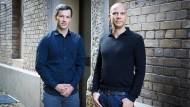 Die Bestsellerautoren Marc Friedrich (links) und Matthias Weik warten nun getrennt voneinander auf den größten Crash aller Zeiten.