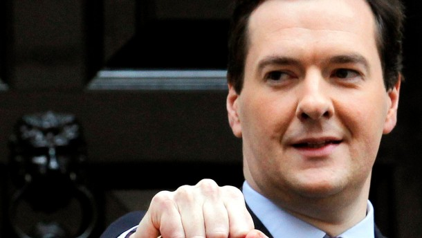 Schatzkanzler George Osborne shows his traditional budget box