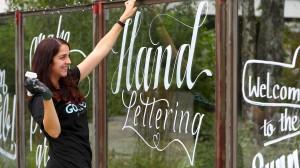 Die Nürnberger Designerin und Typographie-Künstlerin Hannah Rabenstein treibt den Handlettering-Trend mit voran.