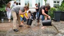 Wenn der Keller unter Wasser steht, muss der Schaden schnell beseitigt werden, am besten mit vereinen Kräften wie hier nach einer Überflutung in Hamburg.