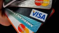 Verschiedene Bankkarten: Bei vielen Deutschen schwillt das Portemonnaie über.
