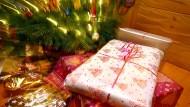 Manch einer verfällt bei Weihnachtsgeschenken in einen wahren Konsumrausch, obwohl er sich diesen eigentlich gar nicht leisten kann.