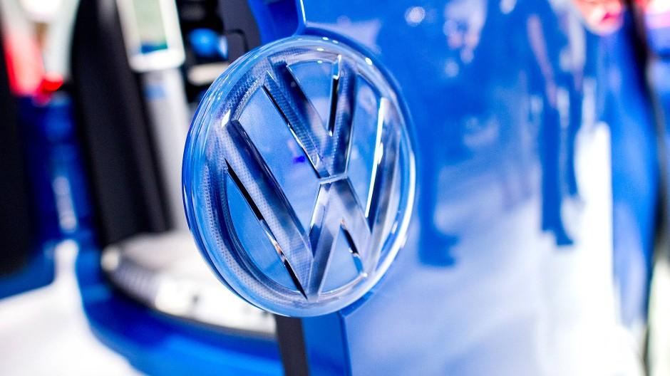 Ein Logo von Volkswagen. Der Autohersteller erwirtschaftete 2018 den größten Einzelgewinn im Dax.