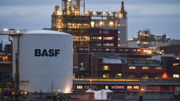 BASF senkt nach Ergebnisrückgang Jahresprognose