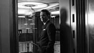 Im Allerheiligsten: Martin Suter im Tresorraum der Bank Leu in Zürich.