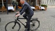 Bremens Bürgermeister Carsten Sieling radelt durch Bremen