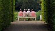 Senioren im Schlosspark Pillnitz in Sachsen