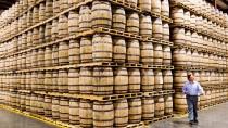 Jede Menge Whiskey-Fässer von Diageo - dem weltweit tätigen Hersteller alkoholischer Getränke, dessen Aktien am Schwarzen Freitag gefragt sind.