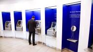 Kostenloses Geldabheben? Davon müssen sich viele Bankkunden wohl bald verabschieden.