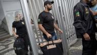 Auf der Suche nach dem Bestechungsgeld: Brasilianische Polizisten durchsuchen Wohnungen